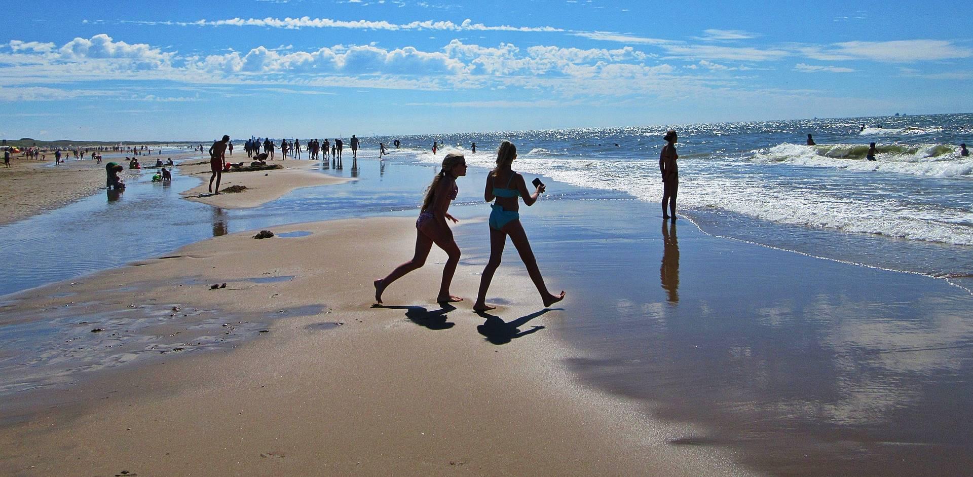 Zakkenrollerij aan de kust piekt in de zomer