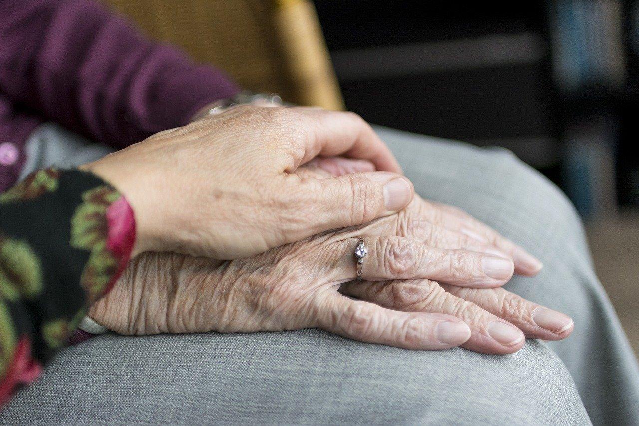 Hoe we contact houden met onze ouderen via ramen, foliewanden en babbelboxen
